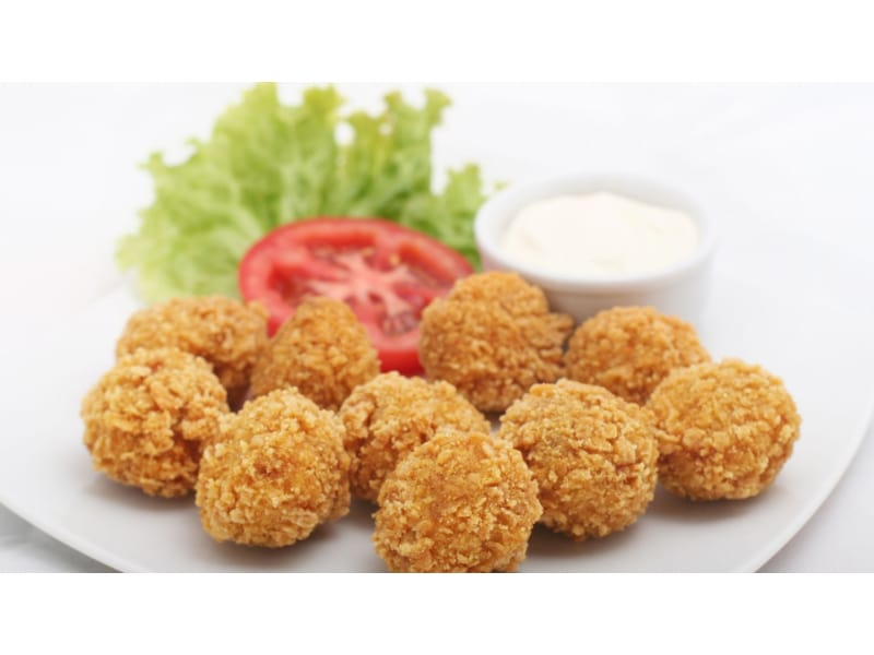 Cheese croquettes with tomato and lettuce as a garnish