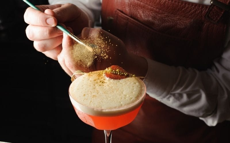 Dusting cocktail drink with food color