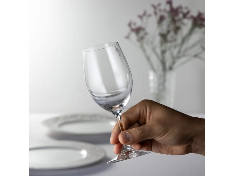 How to properly hold a wine glass
