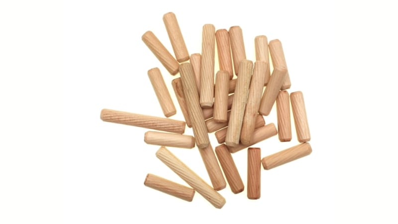 Various pieces of wooden dowel