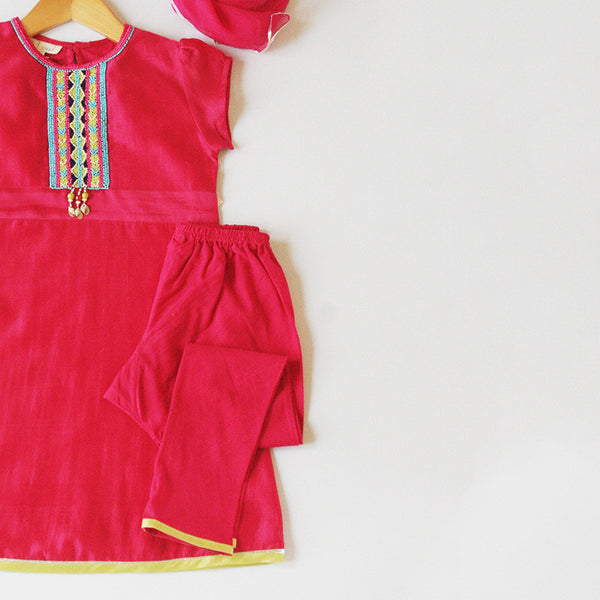 salwar kameez girls dress in fuchsia pink. Top: Chanderi silk. Churidar: cotton. Stole: Rayon Chiffon. Lining: Cotton