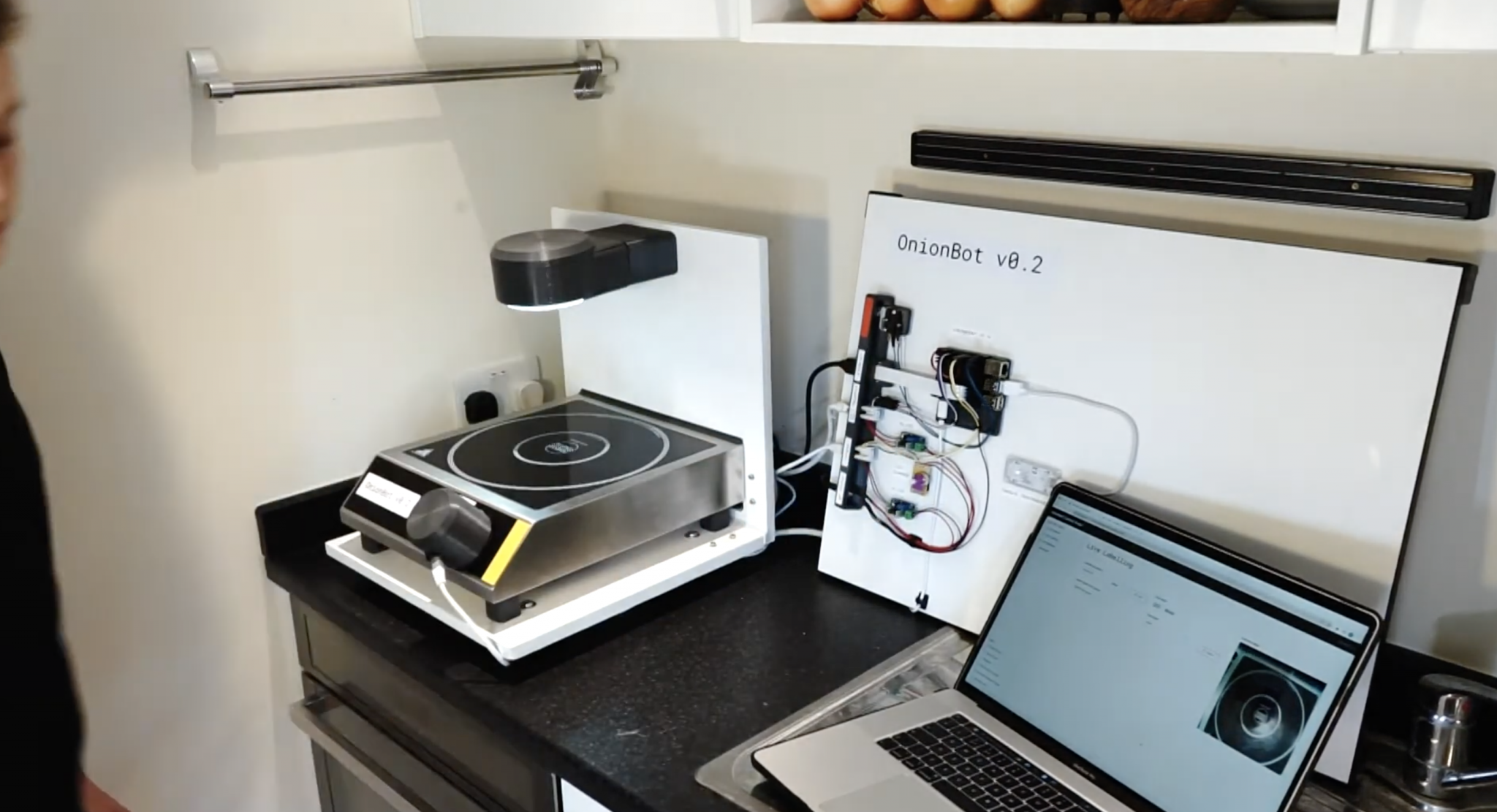 "Make your cooking better by advanced human-machine collaboration ""OnionBot"""