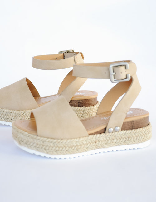 Taupe kid girl platform sandal with rope trim around sole and white tread