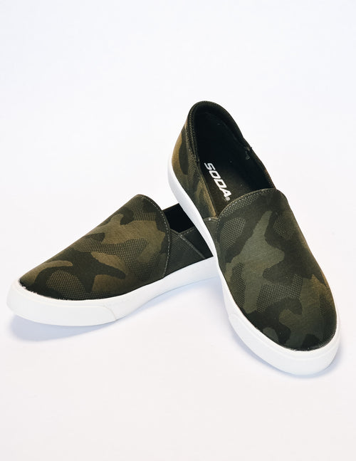 Weekend wanderer sneaker in camo stacked on white background - elle bleu