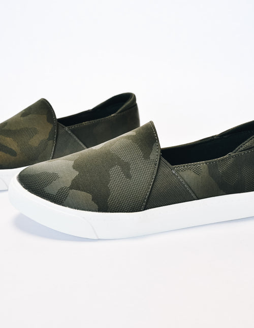 Closeup of the camo weekend wanderer sneaker in camo with white rubber sole - elle bleu shoes