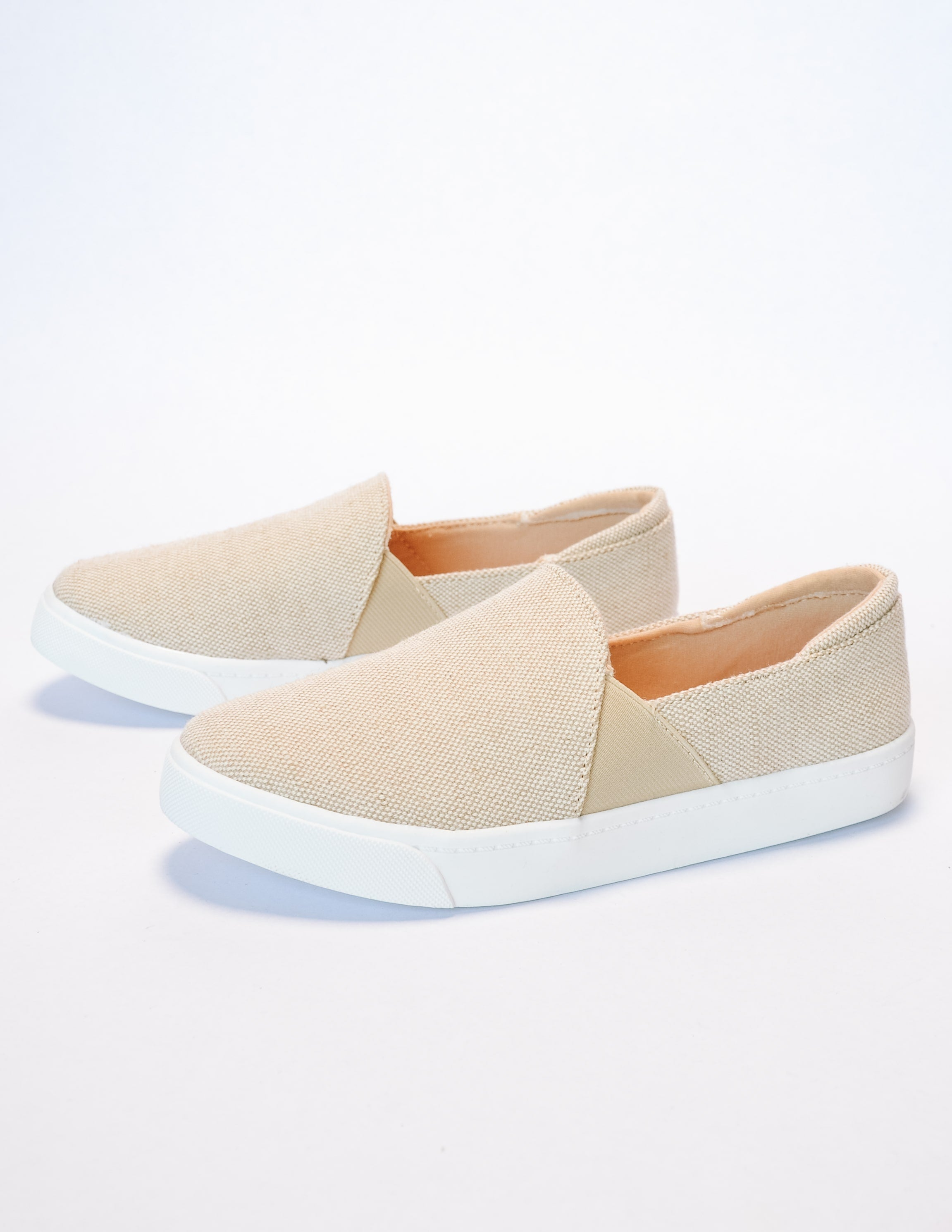 Beige weekend wanderer sneaker with white rubber sole and elastic gores