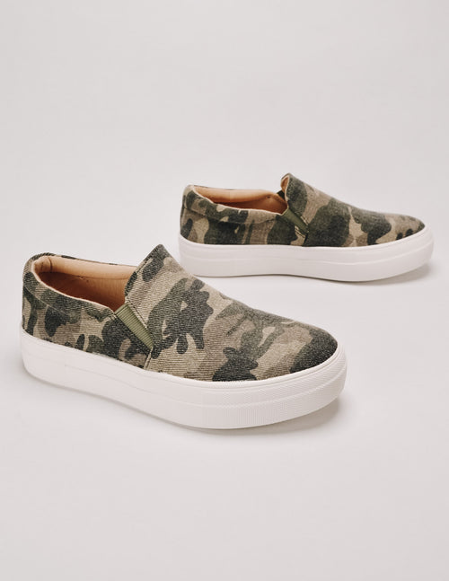 Stand tall camo platform kid sneaker on white background - elle bleu