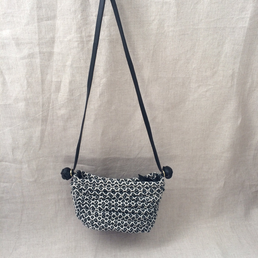 HANDBAG BLACK AND WHITE WEAVING SMALL/SAC BANDOULIERE TISSE NOIR ET BLANC