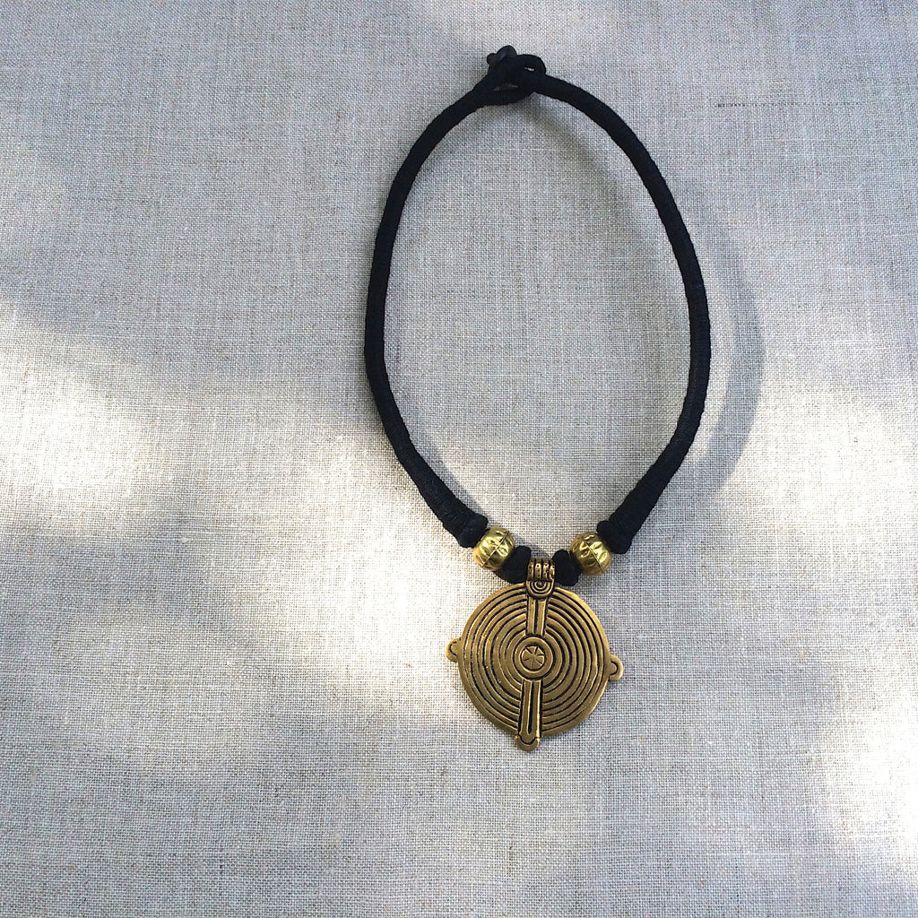 NECKLACE GOLD AND BLACK / COLLIER OR ET NOIR