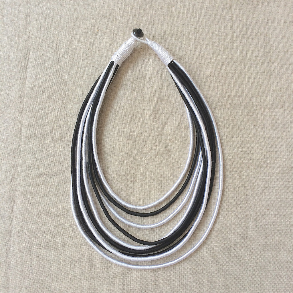 NECKLACE SILK BLACK AND WHITE / RAS DU COU FIL DE SOIE