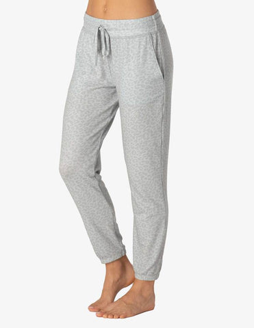 Living easy sweatpants in grey leopard