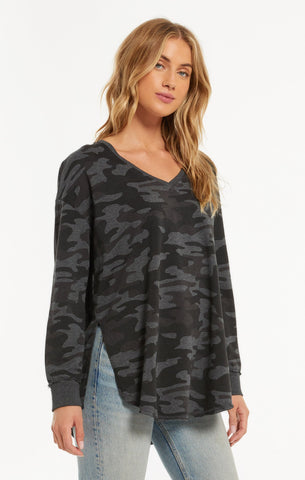 Dusty camo v-neck weekender top in dark charcoal