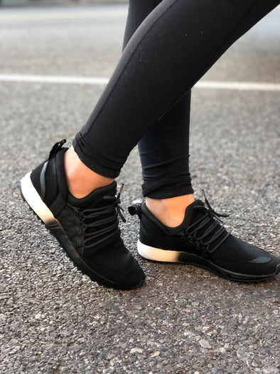 black tennis shoe