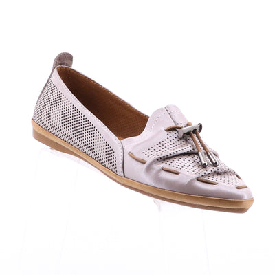 https://cdn.shopify.com/s/files/1/1218/9560/files/mago-whip-leather-flats-taupe.mp4