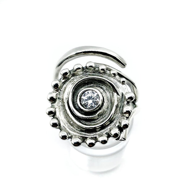Contemporary fashion ring swirl oxidation