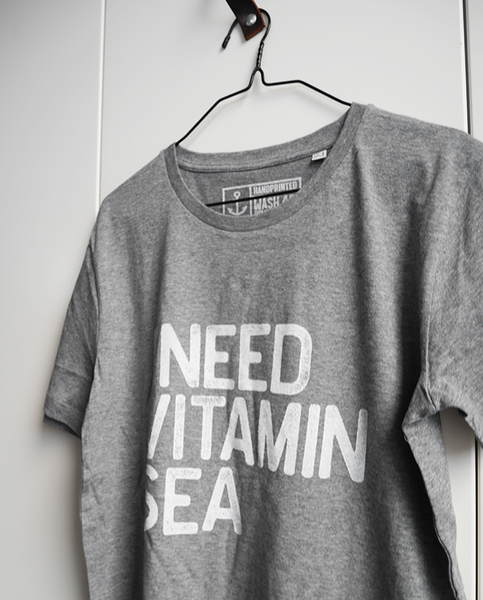 "Tee ""I Need Vitamin Sea"" - Men (Unisex) - Hjemhavn T-shirt"