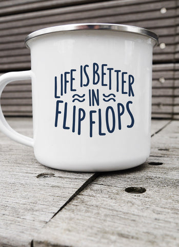 "Emaljekrus ""Life is Better in Flip Flops"" - Hjemhavn Krus"