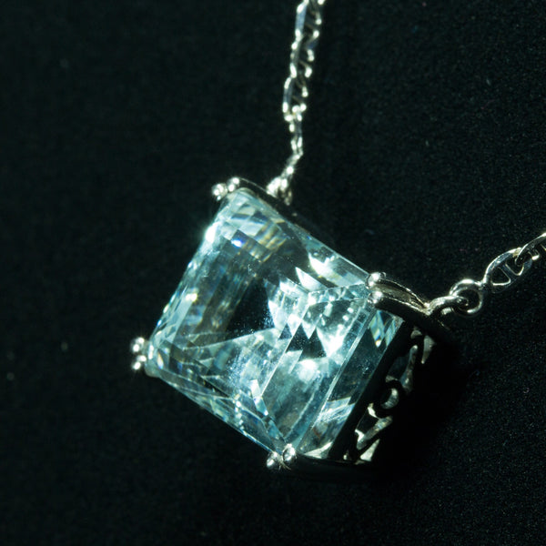 18K White Gold Aquamarine Necklace