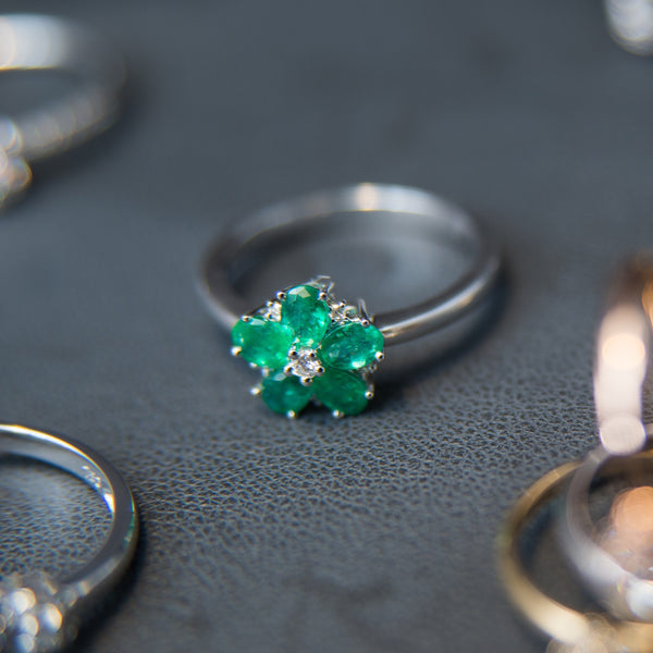 18K White Gold Lovely Emerald Flower Ring