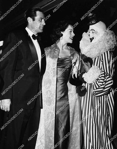 2959-012 Jeanne Crain and husband Paul Brooks meet some circus or TV clown 2959-012