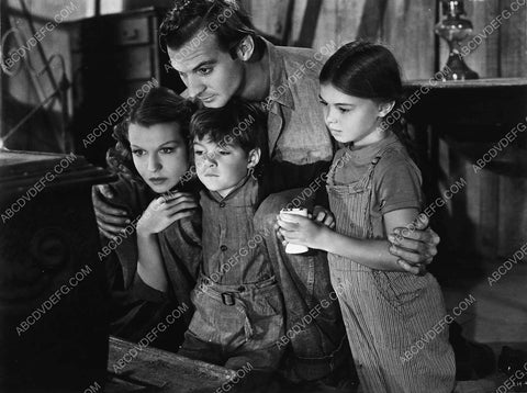 Zachary Scott Betty Field and the kids film The Southerner 7159-29
