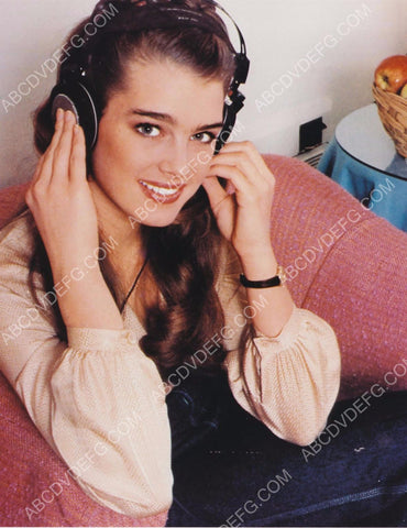 Brooke Shields enjoys a little music on her headphones 8b20-5480