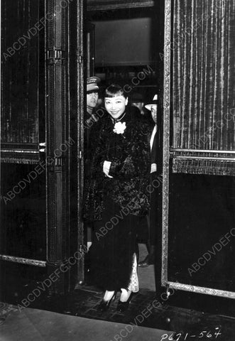 Anna May Wong arriving somewhere 8b20-6594