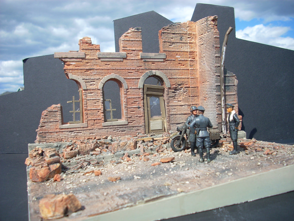 Dioramas Plus 1/35 Italian Street Scene Ruined Building Front w/Inclined Base Kit