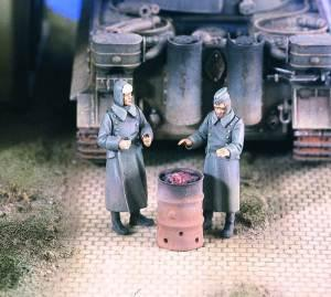 Verlinden Productions 1/48 Soldiers Warming Up (2)