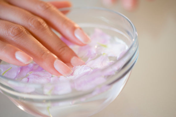 Beauty Hack to dry nail polish in cold water