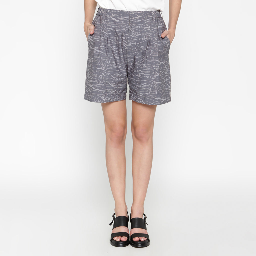 Women Pleats Short Pant: Gringsing Wave