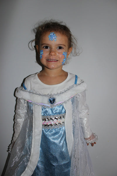 llittle girl with frozen costume