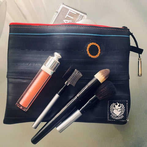 Makeup bag from upcycled bicycle tube by Felvarrom