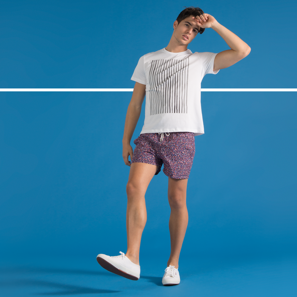 Designer swim shorts for men - SUNNO BY BENE CAPE - Tee - Bañadores hombre - Camiseta hombre - Mens swimwear - Trajes de baño hombre - SUNNO - Duo Blue Print Swim Short and Grey Lines V T-shirt Look
