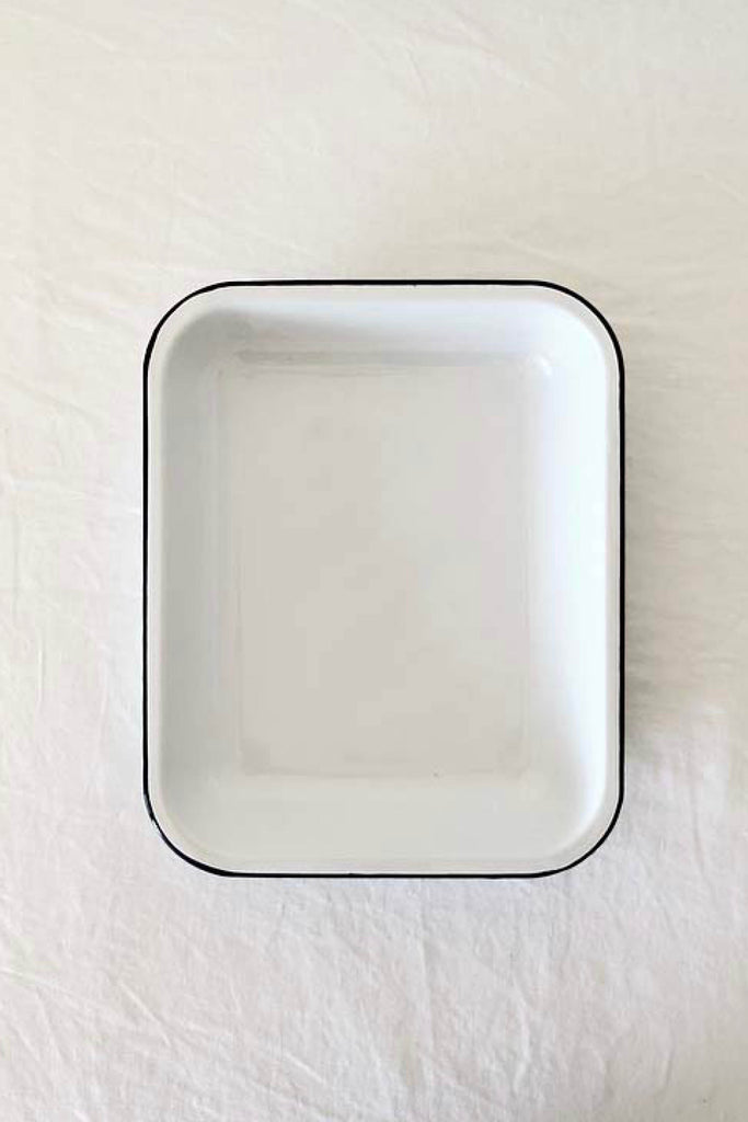 ENAMEL BAKING PAN IN WHITE WITH BLUE RIM