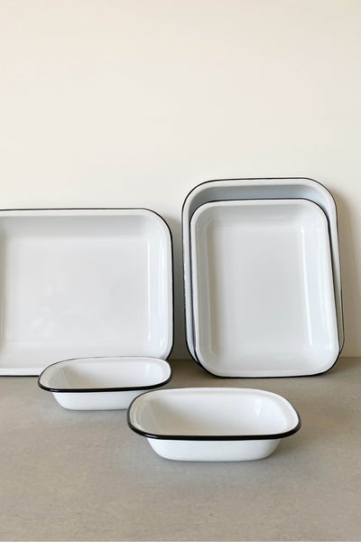 ENAMEL BAKING SET IN WHITE WITH BLACK RIM