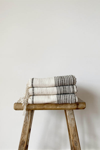 HAND LOOMED THROW IN NATURAL/CHARCOAL