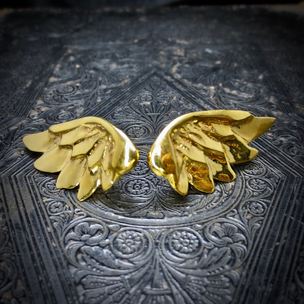 Victory earrings dressed in gold