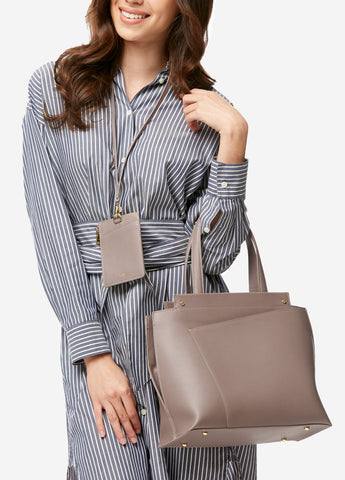 VERA BRIDGET Bag & Badge in Studio Taupe