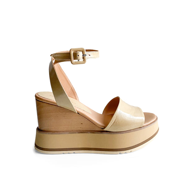 Paloma Barcelò Laco beige patent leather sandal with ankle strap and with platform