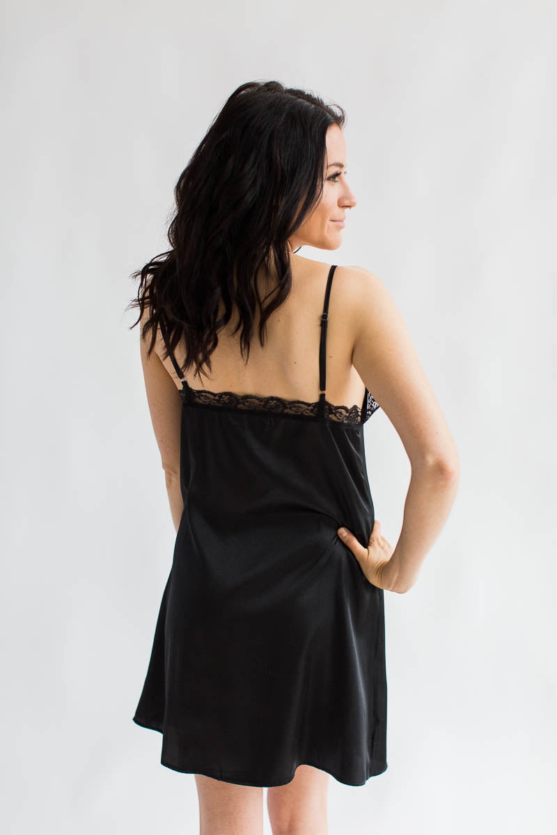 "<img src=""URL"" alt=""Back View Luxurious Satin Chemise in Black"">"