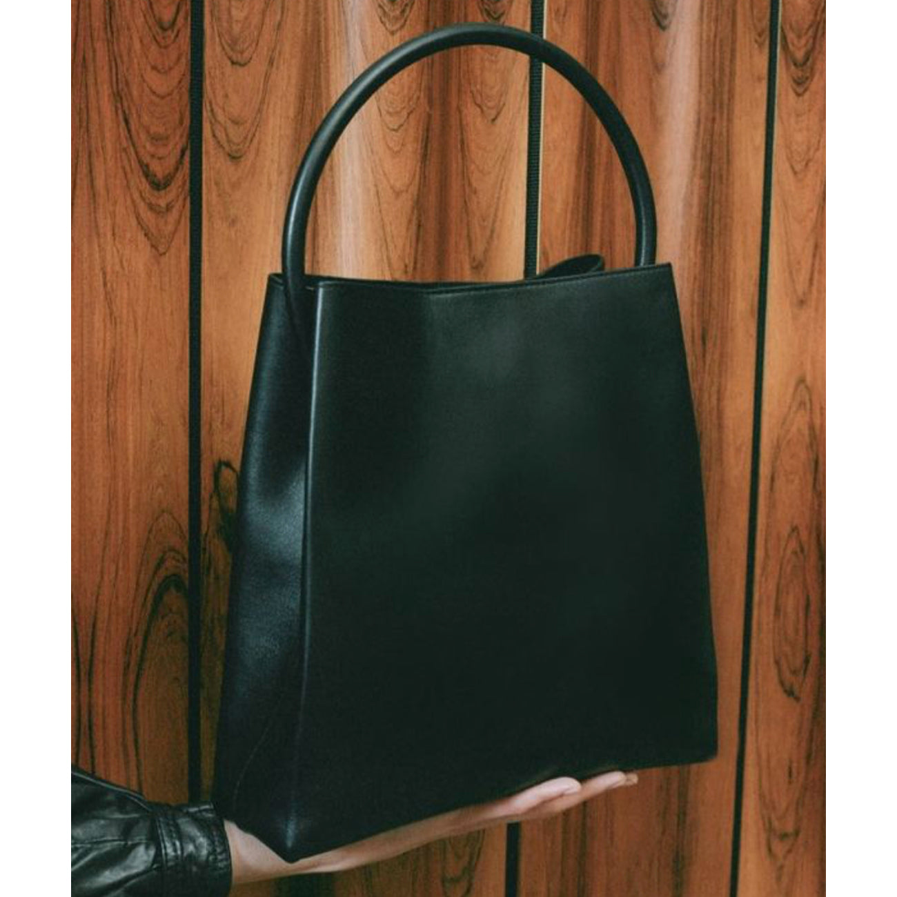 arch handle pleat tote in black