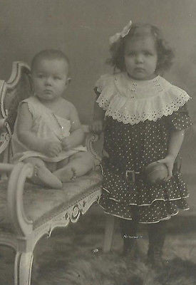 CDV PHOTO 2 ADORABLE LITTLE VICTORIAN CHILDREN BROTHER 7 SISTER HOLDING TOY BALL - Back from the dead antiques