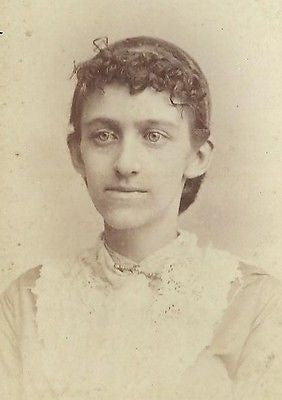 CDV PHOTO LOVELY YOUNG VICTORIAN GIRL NICE CURLY HAIR WHITE DRESS NEW HAVEN CONN - Back from the dead antiques