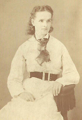 CDV PHOTO LOVELY YOUNG WOMAN SEATED IN ALL WHITE DRESS - Back from the dead antiques