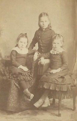 CDV PHOTO 3 BEAUTIFUL WELL DRESSED LITTLE VICTORIAN GIRLS SISTERS OSAGE IOWA - Back from the dead antiques