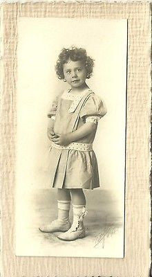 ANTIQUE PHOTO ADORABLE BEAUTIFUL LITTLE GIRL IN DRESS CURLY HAIR 1920--1930 - Back from the dead antiques