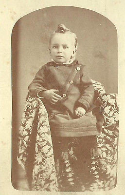 CDV PHOTO HANDSOME LITTLE VICTORIAN BOY IN FANCY OUTFIT NICE TOP CURL ON HEAD - Back from the dead antiques