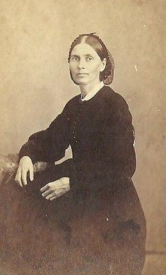 CDV PHOTO LOVELY WOMAN SEATED DARK COLOR FASHION DRESS 3 CENT TAX STAMP 1860'S - Back from the dead antiques