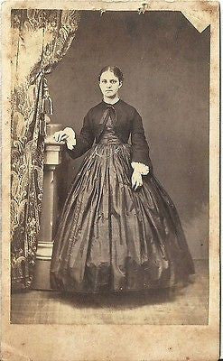 CDV PHOTO LOVELY YOUNG WOMAN LARGE  HOOP DRESS CIVIL WAR ERA PLYMOUTH OH - Back from the dead antiques